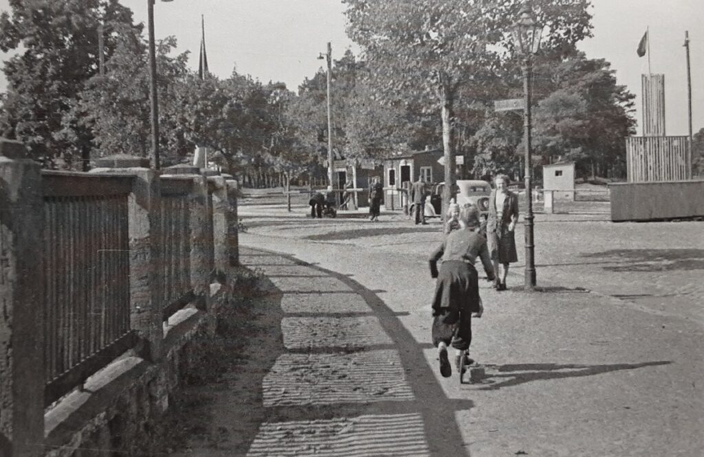 Kontrollstelle Zeuthener Straße Nahe Godbersenstraße zwischen Eichwalde und Schmöckwitz um 1952/53. Foto von Klaus Siemsen mit freundlicher Erlaubnis vom Heimatarchiv der Gemeinde Eichwalde