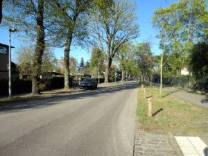 Die Waldstraße 2020: links die (Berliner) Siedlung Schmöckwitz, rechts Eichwalde