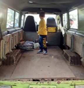 Laderaum mit klappbaren Sitzbänken für 9 Personen (und kaputtem Holzboden) beim Żuk A-07