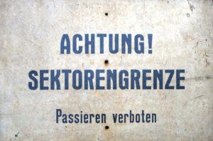 Schild Achtung Sektorengrenze (Foto: Heimatarchiv der Gemeinde Eichwalde)